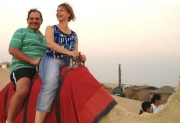El monarca Alperovich y la Bety Rojkes, paseando en camello.